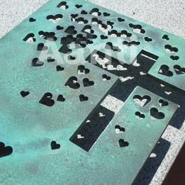 Lápida escultórica con corazones